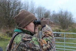 chasseur avec jumelles de chasse